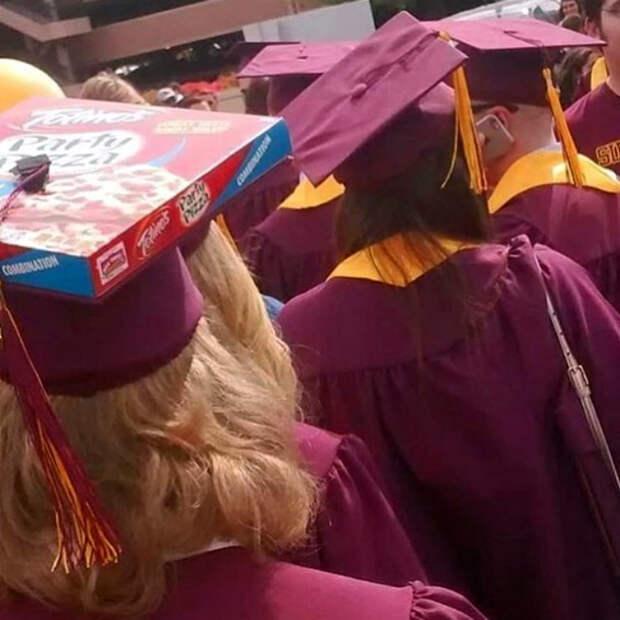 Академическая шапочка из картонной коробки.