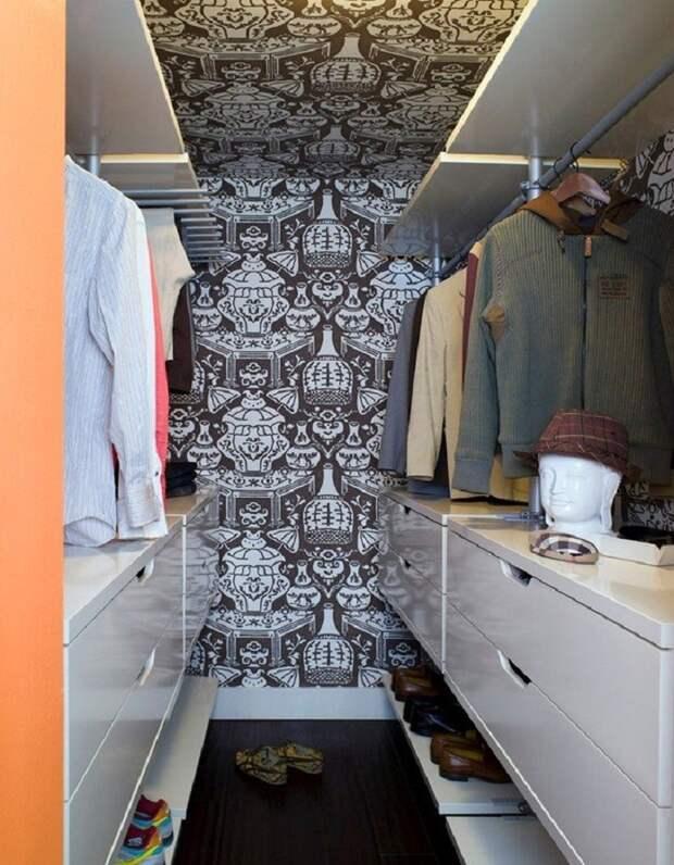 Простые конструкции в гардеробной порой самые функциональные
