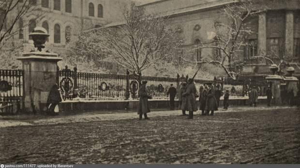 Солдаты дежурят возле Московского университета. Осень 1905 года.