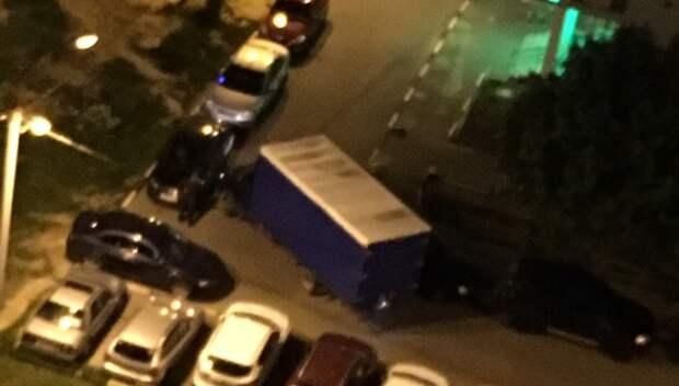 В Подольске водитель «Газели» задел припаркованные машины в одном из дворов