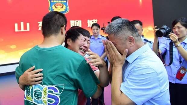 Отец 24 года искал похищенного сына в Китае и нашёл его. Эта история покорила всю Поднебесную