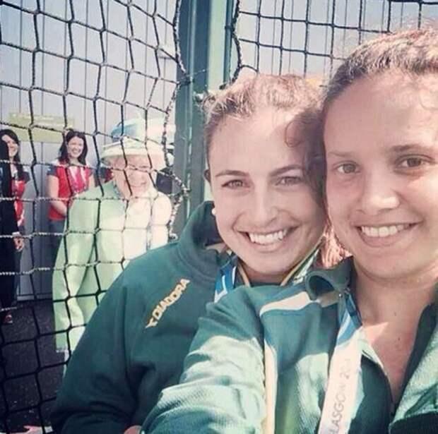 Елизавета II засветилась на фото спортсменок из Австралии Джейд Тейлор и Брук Перис