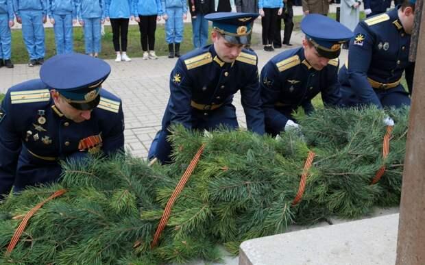 Рязанцы возложили цветы к бюсту Александра Белякова в Дягилеве