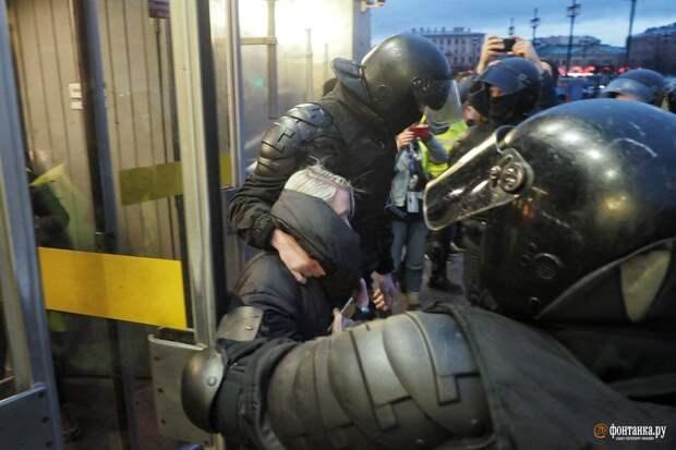 Участники акции в центре Петербурга говорят о применении силовиками шокеров. Людей вытаскивают из метро