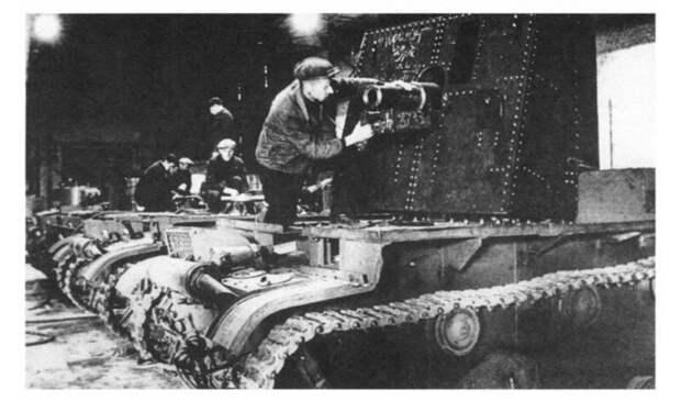 На фото – установка 76,2мм полковой пушки образца 1927 года на шасси танка. Ленинград, завод имени Кирова, 1941 год. военная техника, военное, история, много букв, танки, танки СССР, техника, факты