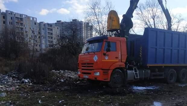 Около 60 кубометров мусора вывезли с территории деревни Акишово в Подольске