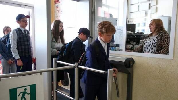 Ученики школы вКазани, вкоторой произошла стрельба, возвращаются кучебе