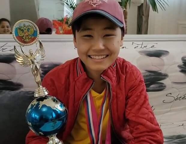 Подросток из Казахстана получил Кубок и медаль на конкурсе маникюра в Сочи