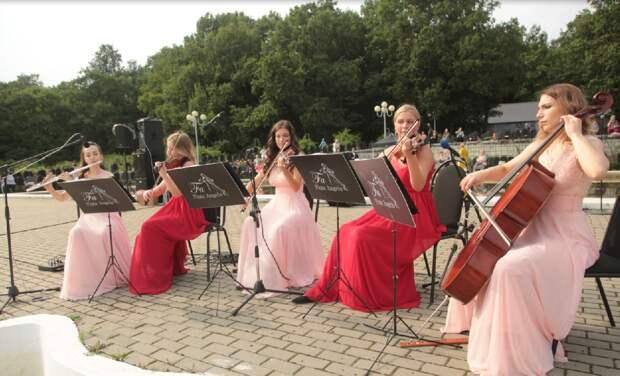 Розовый бал состоялся в Ботаническом саду – видео