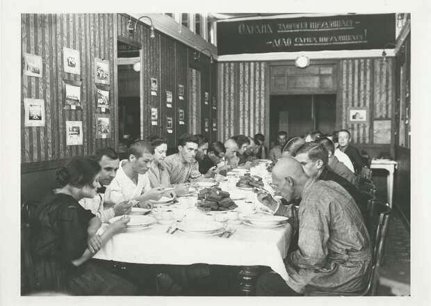 Первое, второе и компот!    Советские столовые в фотографиях.