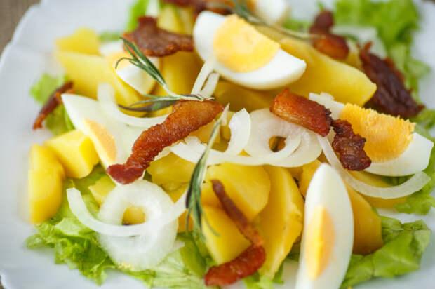 Салаты с вареным картофелем получаются одновременно очень нежными и сытными. /Фото: v.img.com.ua