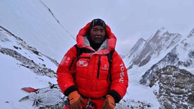 Мужчина дважды за четыре дня покорил Эверест, установив мировой рекорд