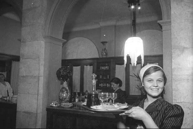 Центральный клуб металлургов. В столовой. Официантка с подносом Владислав Микоша,  1937 год, г. Магнитогорск, МАММ/МДФ.