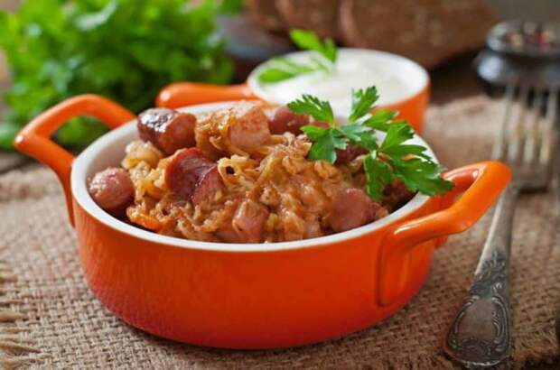 Бигус с сосисками. Сытное блюдо с сочетанием вкусов свежей и квашенной капусты 2