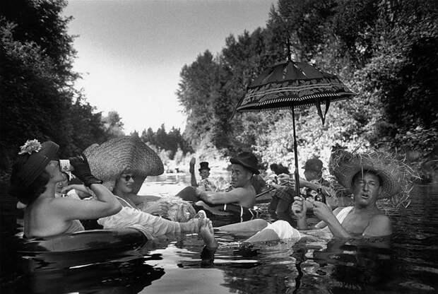 Члены сообщества любителей поплавать на шинах Сиэтла отдыхают в пруду. 1953 год.