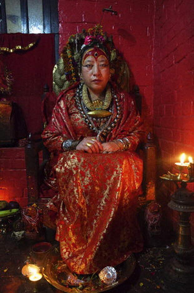 Дана Баджрачарья, 62 года. Эта женщина - единственная пожизненная кумари, поскольку у нее не начались месячные. Она по сей день принимает страждущих и не разговаривает богини, девушки, непал