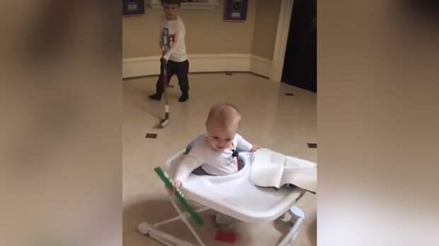 Сыновья Овечкина сыграли в хоккей. 11-месячный Илья смешно размахивал клюшкой в ходунках: видео