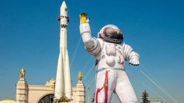 Космонавтам подняли зарплату до полумиллиона рублей