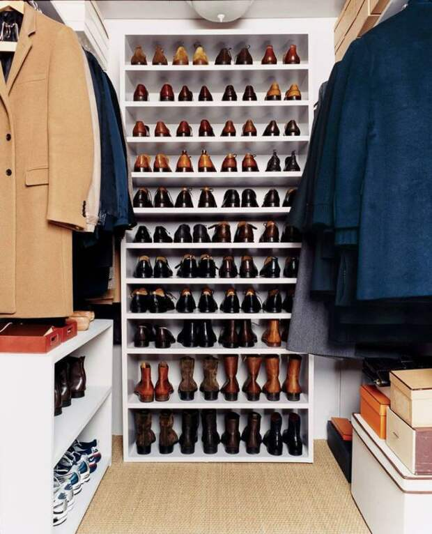 Старайтесь не хранить в гардеробной лишних предметов. Коробки, чехлы - это лишнее
