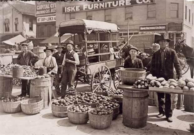 Уличный рынок в восточном районе Индианаполиса. Август 1908 года.