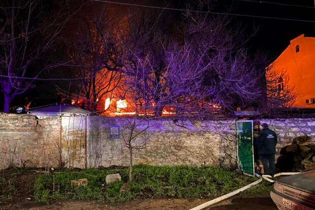 В Севастополе ночью загорелся жилой дом