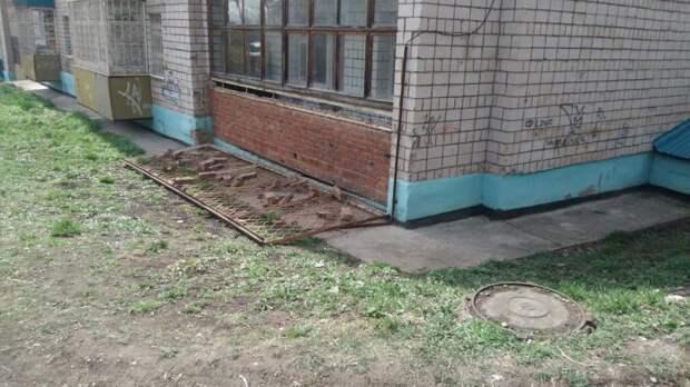 Упавшая металлическая решетка лоджии придавила двух мальчиков в Сарапуле