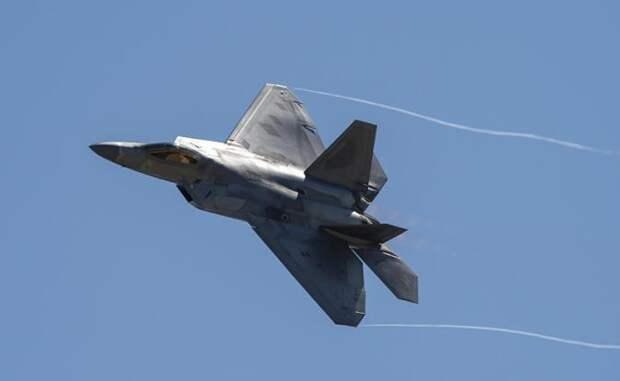 На фото: самолет Военно-воздушных сил США F-22 Raptor Stealth Fighter