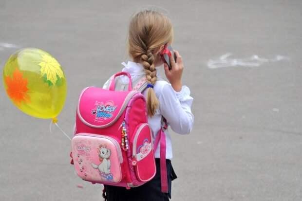 Школьница услышала разговор мужчины с маленькой девочкой и поняла, что он обманщик. Лишь одна сказанная ею фраза спугнула преступника и, возможно, спасла ребенку жизнь