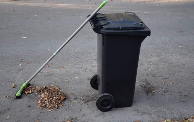 Со двора дома в 1-ом Краснокурсантском проезде вывезли мусор