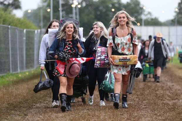 Резиновое настроение: Гластонбери встречает участников в дождевиках и с убойной дозой алкоголя