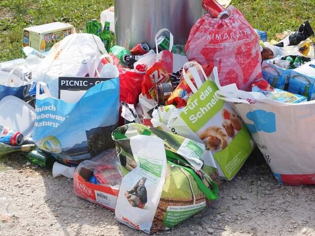 Во дворе дома на Челюскинской убрали свалку мусора