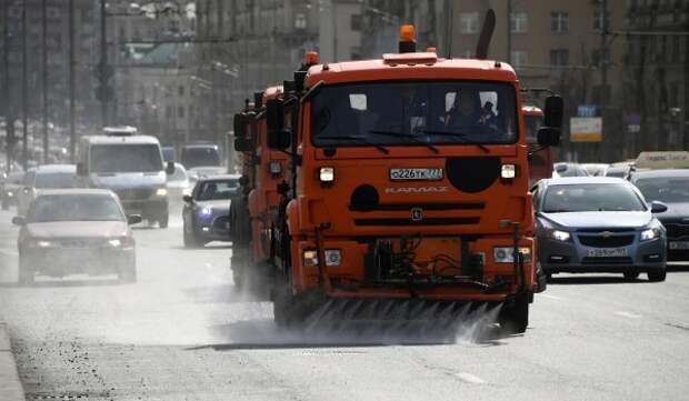 Спецтехника начала увлажнять воздух в столице