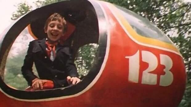 30+ фактов о фильме «Гостья из будущего», который дети ждали больше мультиков и обводили в телепрограмме