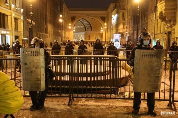 На Дворцовой маневрирует рота ОМОНа. До решения по «делу Навального» остался час