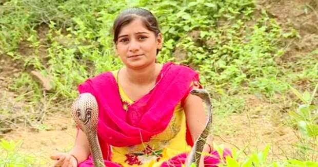 Девочка-кобра из Индии отлично ладит с опасными змеями