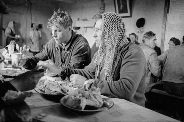 В столовой рыбацкой артели Всеволод Тарасевич, 1965 год, Архангельская обл., МАММ/МДФ.
