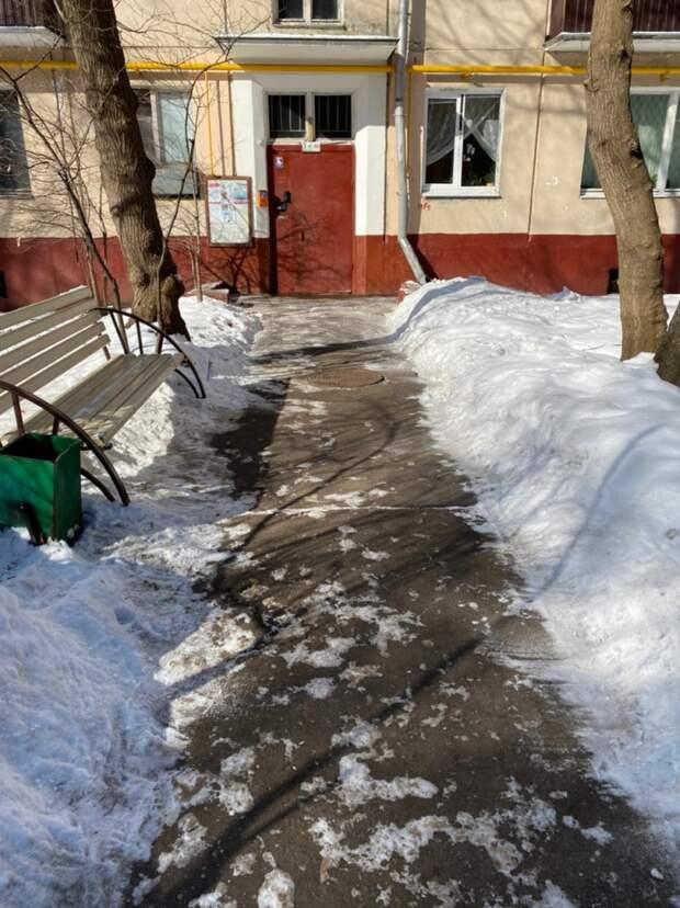«Жилищник» привел в порядок двор дома на Юных Ленинцев