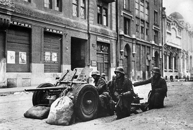 Немецкая истребительно-противотанковая группа на одной из улиц Харькова