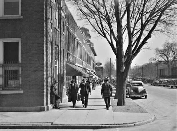 Оживленное пешеходное движение на главной улице в день табачных аукционов в Мебане, Северная Каролина, ноябрь 1939 года