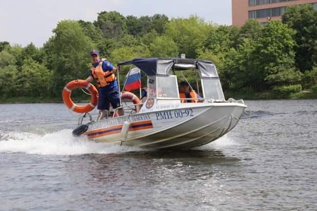 В Кожуховском затоне спасатели вытащили из воды тонувшего мужчину