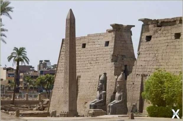 Обелиск у храма в Луксоре