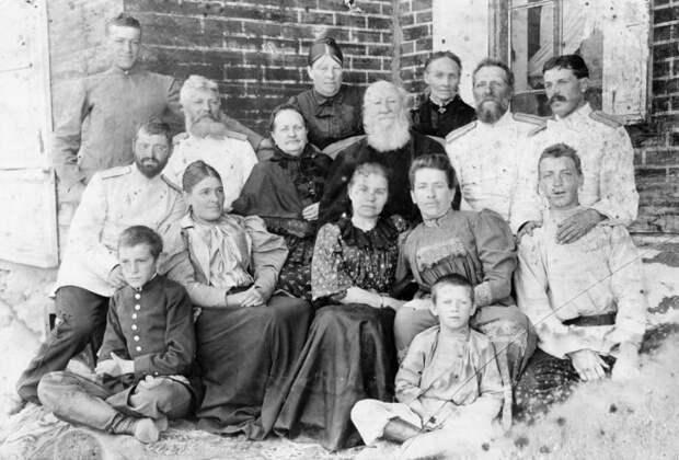 Кадет Сибирского кадетского корпуса (Омск) Дмитрий Карбышев (стоит крайний слева) с родственниками. 1897 год