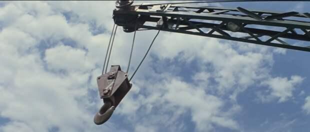 Кран нападает (кадр из фильма)