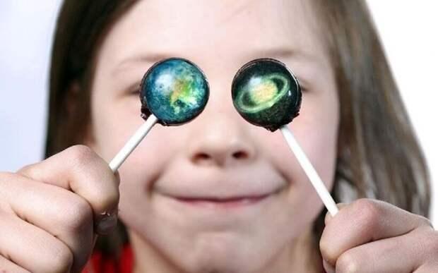 Видео: Как со вкусом рассказать детям о космосе — производство леденцов-планет в Корее