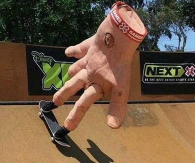 Ничего необычного, просто рука на скейте. | Фото: Funnyjunk.