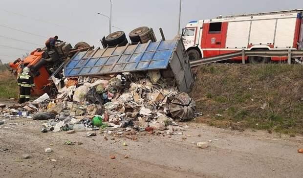Под Тюменью опрокинулся мусоровоз