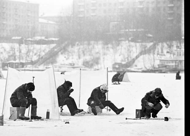 Что заставляет любителей зимней рыбалки в любую погоду сидеть на льду? (ФОТО)