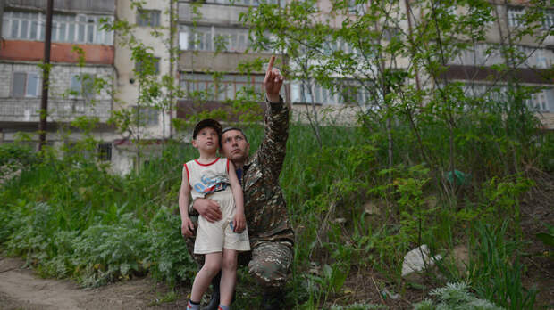 Обстреливают даже школы: Первыми жертвами конфликта в Нагорном Карабахе стали женщина и ребёнок