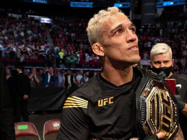 Оливейра нокаутировал Чендлера и стал чемпионом UFC влегком весе