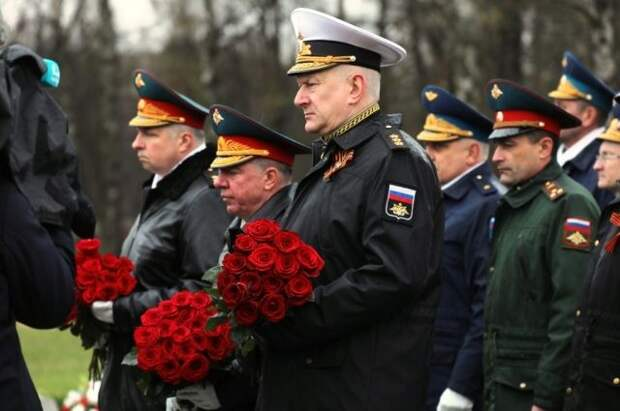 Главком ВМФ России возложил цветы к монументу «Мать-Родина» в Петербурге